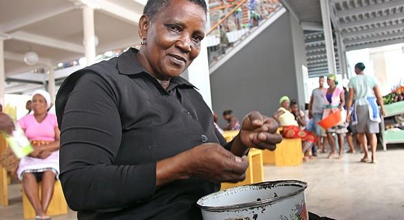 Vendedeira a tratar do feijão