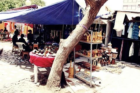 Encontra-se por aqui artesanato local e da costa africana.