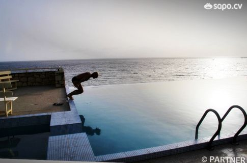 Nos mergulhos pode optar entre a praia e a piscina.