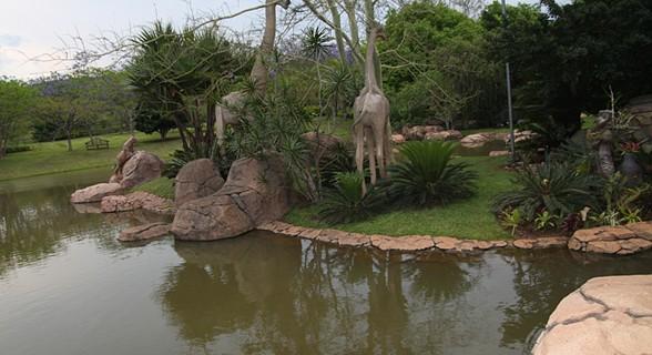 Um resort dentro de um jardim botânico.
