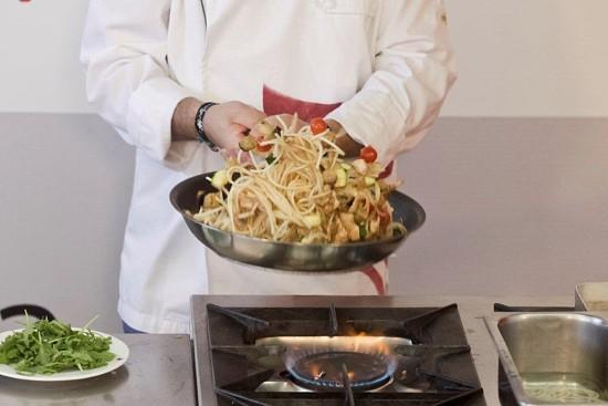 Misture-se bem o esparguete com os legumes na frigideira.