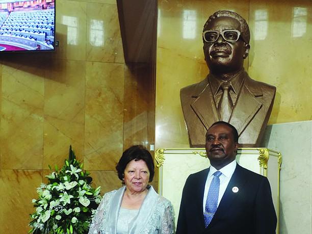 Eugénia Neto oferece busto de Agostinho Neto à casa das leis