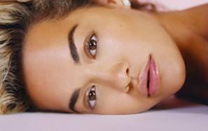 Rita Ora renasce como a Fénix