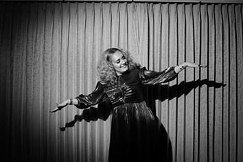 Não há boas notícias para os fãs de Adele: novo álbum da cantora com lançamento adiado
