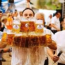 Alemão bate recorde mundial de transporte de canecas de cerveja