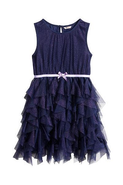 Um vestido de tule azul escuro para dançares toda a noita. Vestido H&M.