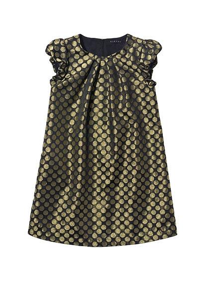 Os tons de dourado ficam sempre bem nesta festa. Vestido Sisley.