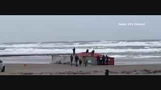Chaos op Terschelling en Vlieland door aangespoelde containers - RTL NIEUWS