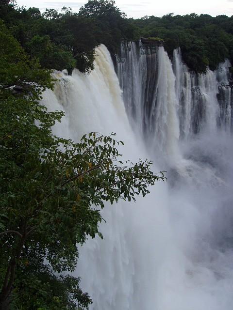 Situam-se no Rio Lucala, maior afluente do rio Kwanza. Província de Malanje