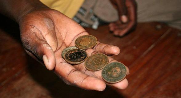 Miúdos vendem moedas de bronze antigas