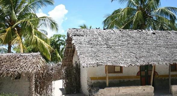 Os telhados seguem a tradição de folha de palmeira
