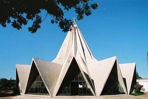 Situada na Av. Kwame Nkrumah, mesmo à entrada do chamado Bairro dos Cronistas. É da autoria do arquitecto Nuno Craveiro Lopes, filho de um antigo Presidente da República Portuguesa.