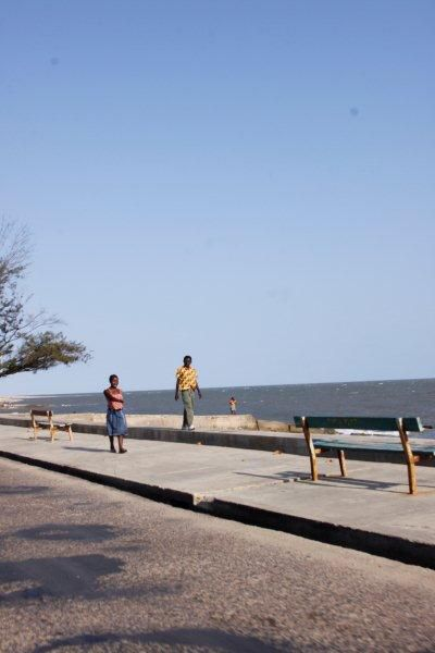 Avenida marginal da cidade da Beira.