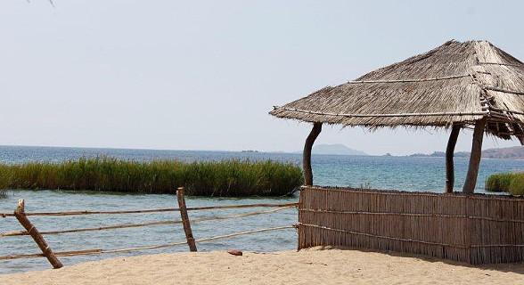 Uma vila pequenina banhada pelo magnífico Lago do Niassa.