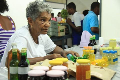 Comerciante negoceia doces caseiros.