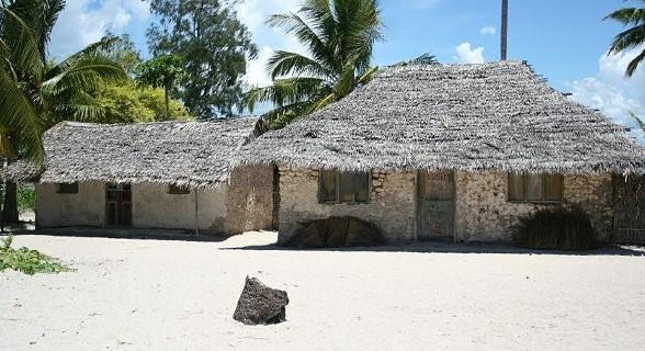 As casas de Matemo têm uma construção diferente: são feitas de caniço, o telhado é feito de folha de palmeira, makuti