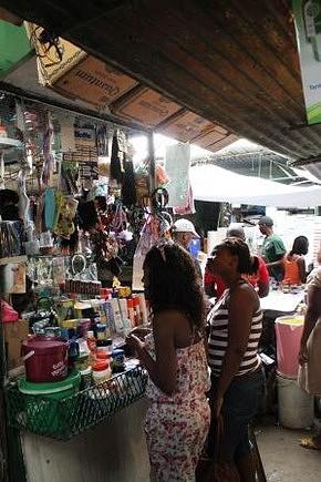 Mercado de Xipamanine. Venda de produtos de beleza.