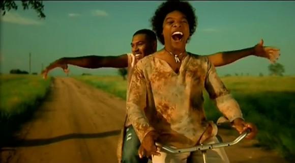 Andar de bicicleta é uma das coisas que mais gozo dá a Valdemiro. Aqui no videoclipe 'Saudades' com Stewart Sukuma