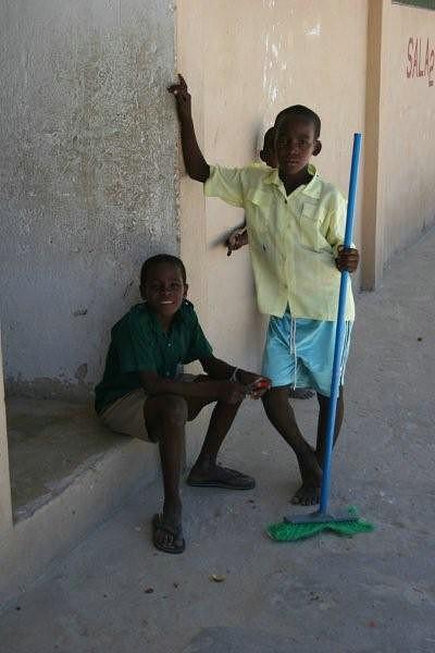 Alunos limpam a escola de Matemo