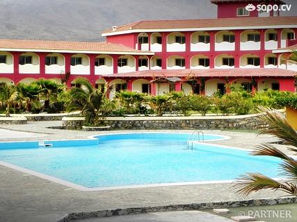 Um resort de quatro estrelas com 73 quartos, todos com casa de banho, telefone, ar condicionado, TV Satélite, mini-bar e terraço.