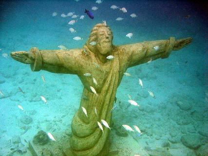 À passagem podemos ver uma réplica do Cristo Rei