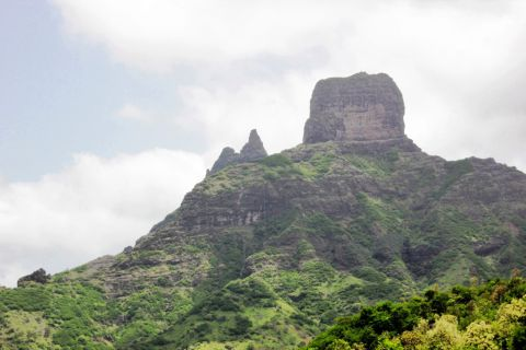 Montes verdejantes vislumbram-se do Miradouro