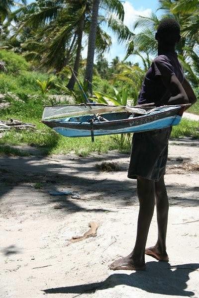 Uma criança construi o seu barco chamado Pemba