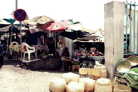 O Sucupira tem várias entradas, em cada lado do mercado vendem-se produtos diferentes. Há várias infra-estruturas como WC público, cantina, restaurante, barracas diversas e ainda um pequeno centro comercial de gestão privada localizado numa das extremidades.