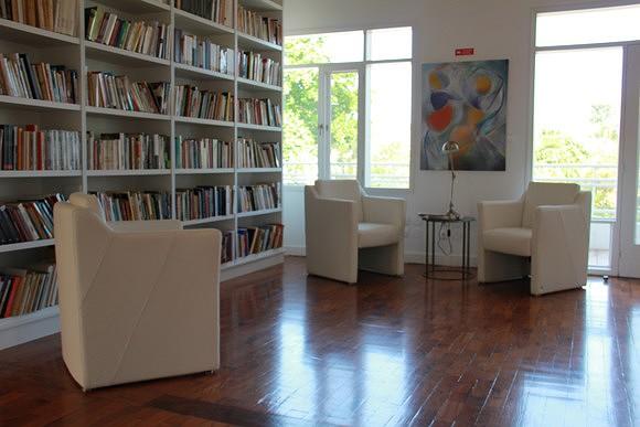 No piso superior pode encontrar uma biblioteca recheada de obras (SAPO MZ/ Eliana Silva)