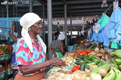 Comerciante a arrumar produtos no balcão de venda