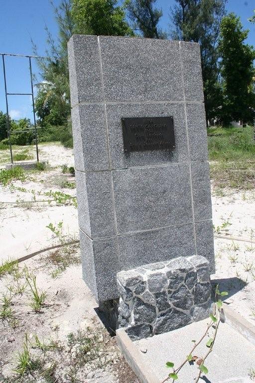 Monumento de inauguraçao da ilha em 1952