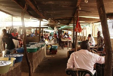 Mercado do Peixe. Depois de fazer as compras de peixe e/ou marisco, por detrás do mercado pode-se cozinhar e comer o que se comprou. Maputo