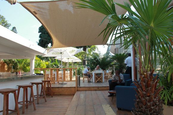 O exterior da Fundação, há vários espaços de esplanada (SAPO MZ/ Eliana Silva)