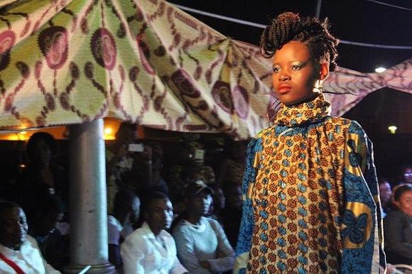 A capulana: além de um símbolo nacional reproduzido em várias peças de artesanato, a capulana é um motivo de oferenda e faz parte da identidade moçambicana.