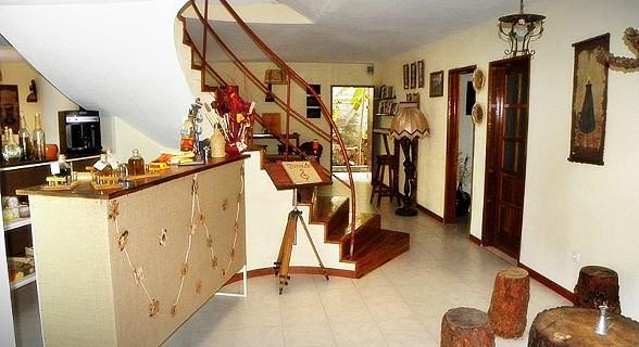 Uma casa decorada em tons tradicionais.