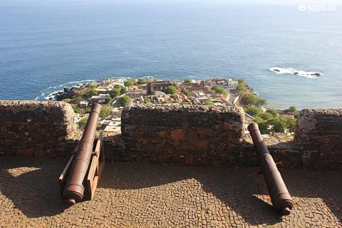 Destes ataques,ficaram conhecidos os assaltos do corsário inglês Francis Drake em 1578 e 1585 e do francês Jacques Cassard em 1712.