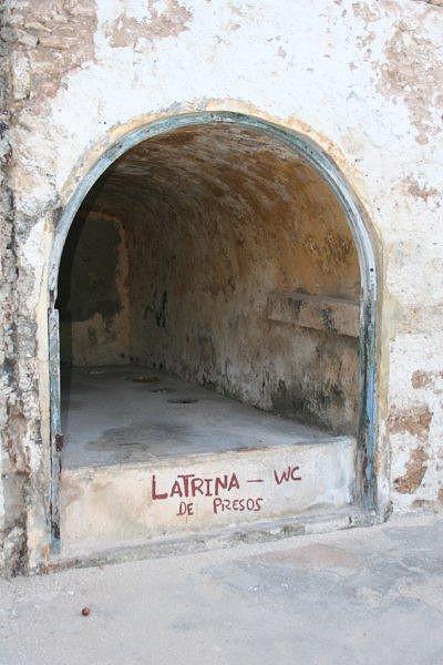 Latrina dos presos com cinco buracos