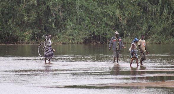 População da aldeia de Vinho a atravessar o rio Pungué. Parque Nacional da Gorongosa