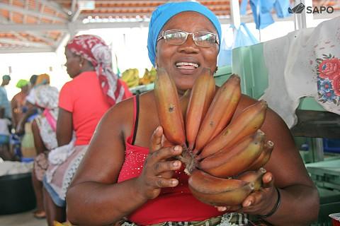 Vendeira exibe banana vermelha