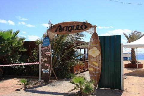 Entrada para o Bar do Angulo, bar do campeão de windsurf, naturalizado cabo-verdiano, Josh Angulo, Santa Maria
