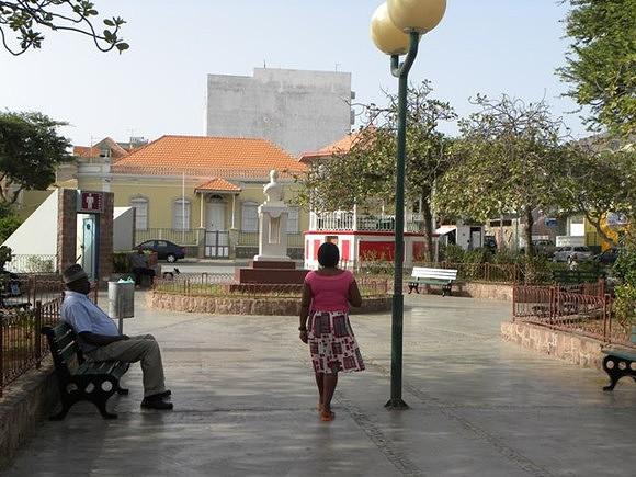 A tarde na Praça Nova do Mindelo
