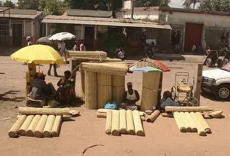 Mercado Vulcano. Este mercado situa-se no Bairro do Aeroporto a alguns kilómetros do centro de Maputo. Venda de esteiras.