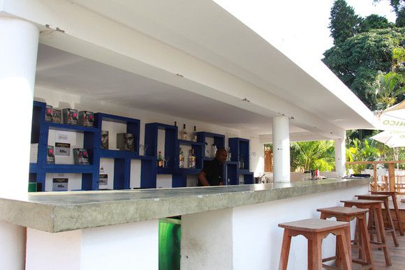 Cá fora, há uma livraria onde pode encontrar peças de Fernando Leite Couto, Mia Couto ou Bruno Couto (SAPO MZ/ Eliana Silva)