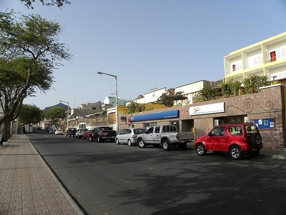 Rua lateral à Praça Nova  do Mindelo