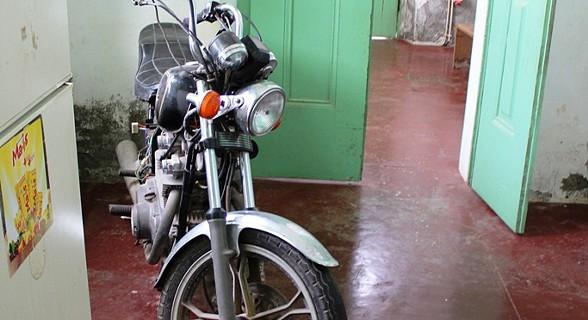 A moto é o meio de transporte do faroleiro Malaquias