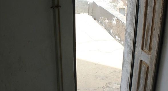 A meio caminho entre o topo do farol e o rés-do-chão, surge uma varanda