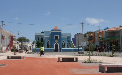 Praça 19 de Setembro, recentemente requalificada, em  Espargos, cidade administrativa da ilha
