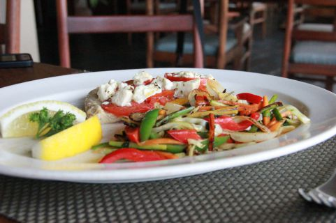 Filete de peixe no forno com tomate e feta acompanhado com legumes (SAPO MZ/ Eliana Silva)