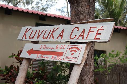 À  entrada da Coffe Shop pode encontrar-se vários sinais a indicar o nome do espaço