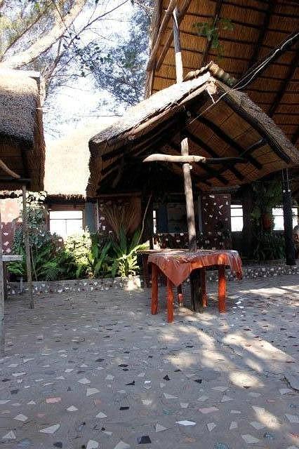 Restaurante simples, mas tem bastante espaço e a comida é óptima. Catembe. Maputo